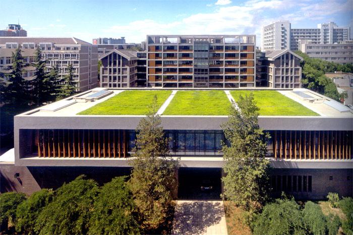 """700)this.style.width=700;""""> 用地上原有一栋学生宿舍楼和一栋老图书管,其中学生宿舍楼是著名建筑师张镈20世纪50年代主持设计的校园建筑的一部分。为了维护校园的整体形态,并与其它保留建筑呼应,设计部分保留了原宿舍建筑的立面,是建筑或的有机生长。 布局为内院式,北侧为7层的教学办公楼,南侧为2层的接待会议部分,东西环廊为校史馆。原有立面及坡屋顶,新建楼体和保留的原有建筑立面合坡屋顶有所区别,在室内外设计中体现新旧对比的戏剧性。在原有墙面陈旧的灰砂砖外铺贴灰色面砖,延续其风格。保留"""